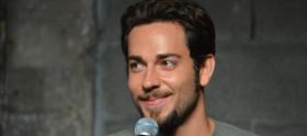Zachary Levi pode voltar à TV com comédia musical