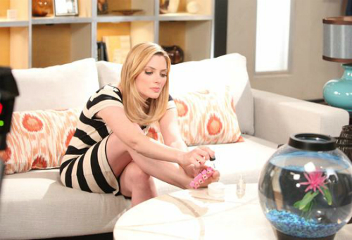 Stacy, mais interessada em pintar as unhas do que cuidar da Pakery
